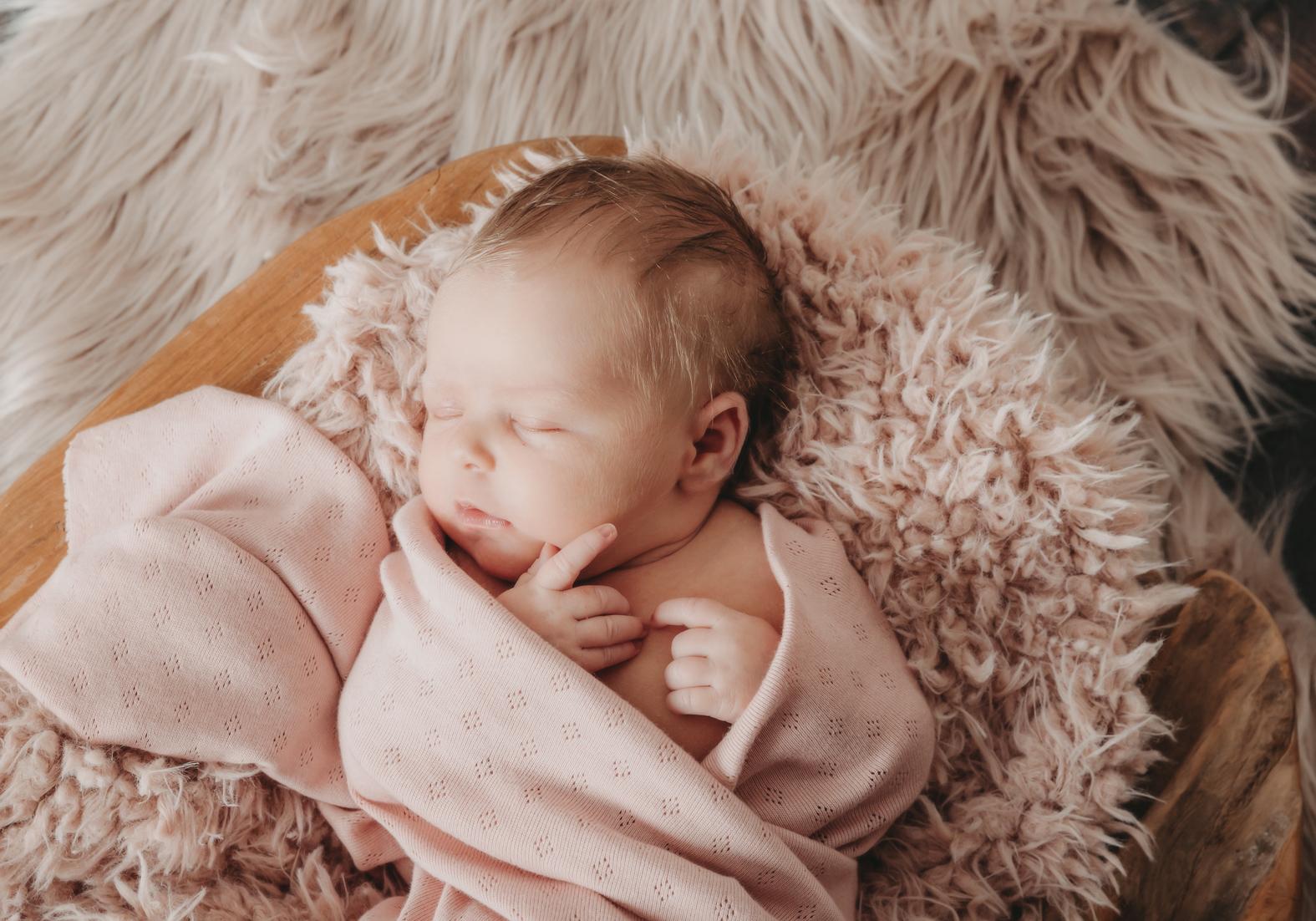 Neugeborenenfotografie, Newbornbaby, Fotografin Nordenham, Babyfotografie, Kinderfotos, emotionale Babyfotografie, natürliche Babyfotografie