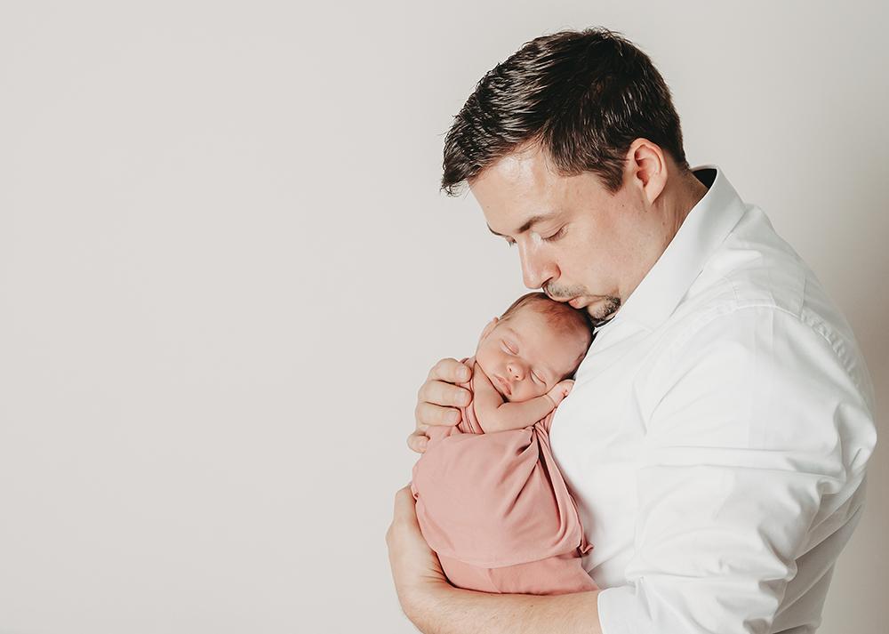 liebevolle Neugeborenenfotos